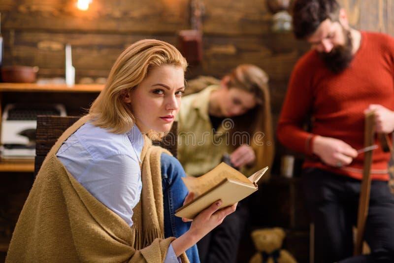 Den blonda flickan med slughet synar konspirera något, komplottbegrepp Detektiv- vän som absorberas av den favorit- romanen Kvinn royaltyfria foton