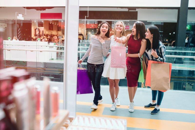 Den blonda flickan ser framåt och att peka Hon är mycket upphetsad Andra flickor ser i den samma riktningen dem royaltyfri foto