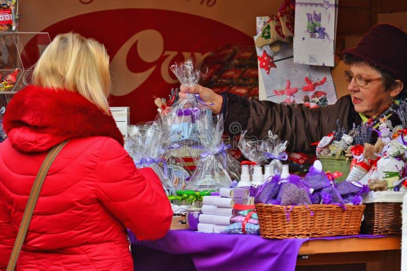 Den blonda kvinnan shoppar skönhetsmedel pached i cellofan royaltyfri foto