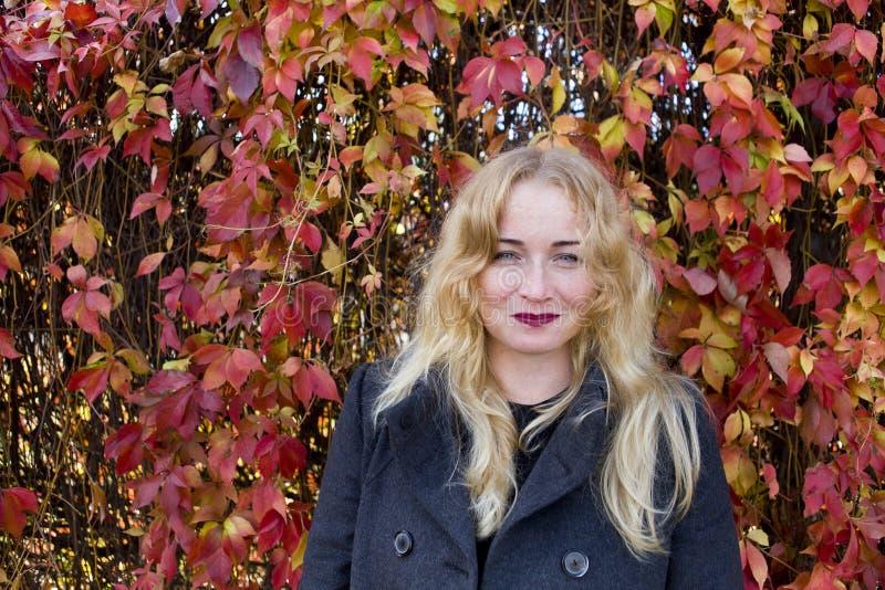 Den blonda kvinnan som försöker att hindra sinnesrörelser royaltyfria foton