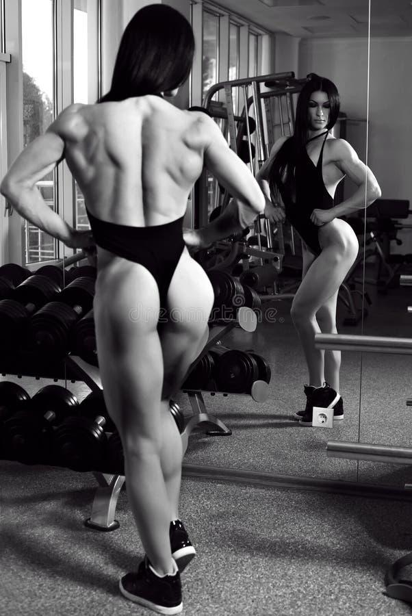 Den Bodyfitness mästaren av världsdamer kuper utbildning i idrottshall royaltyfri fotografi