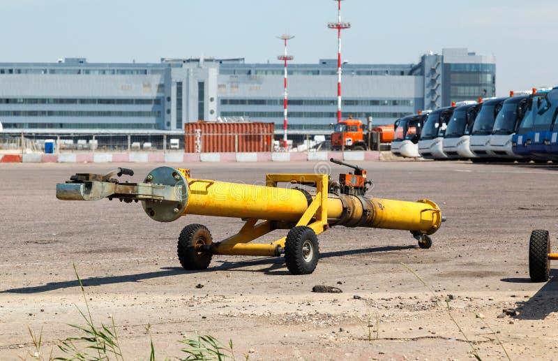 Den bogsera hakebäraren för flygplan arkivfoton