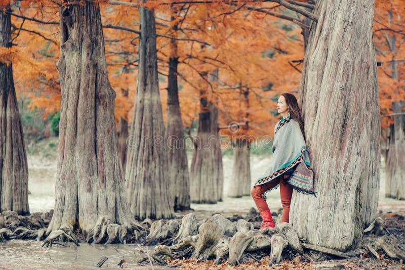 Den Boho stilkvinnan som går i höst, parkerar royaltyfri foto