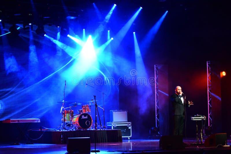Den Bombox sångaren Vahtang Kalandadze som utför på etapp under den stora Apple musiken, tilldelar konsert 2016 royaltyfri fotografi