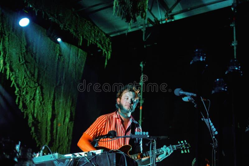 Den Bon Iver musikbandet utför på Barcelona royaltyfri foto