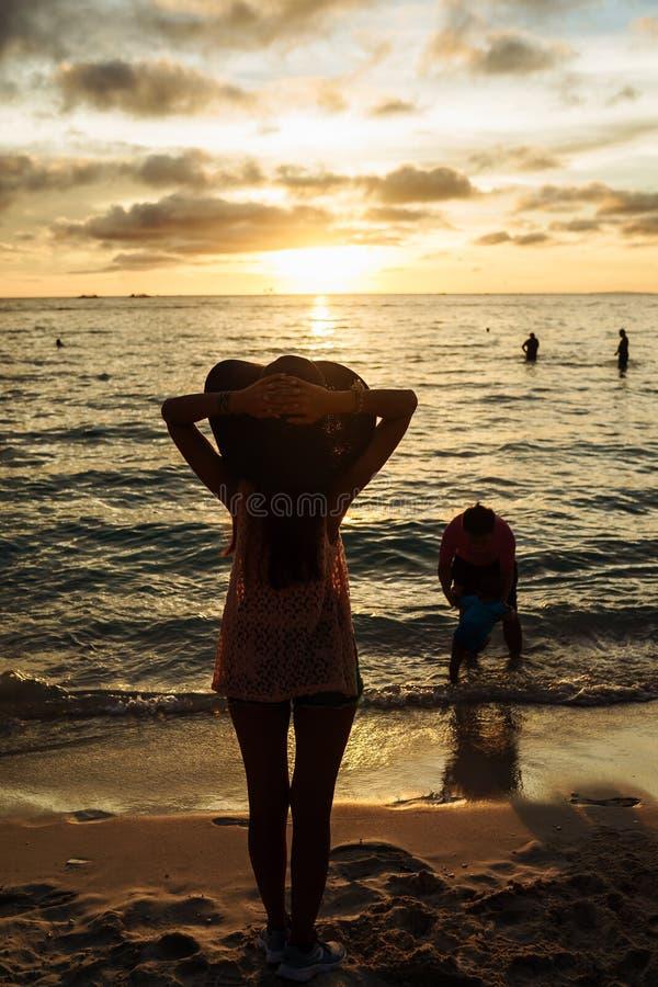 den boracay ön philippines kopplar av solnedgång En av de mest förutsedda tiderna av dagen i Boracay arkivbilder