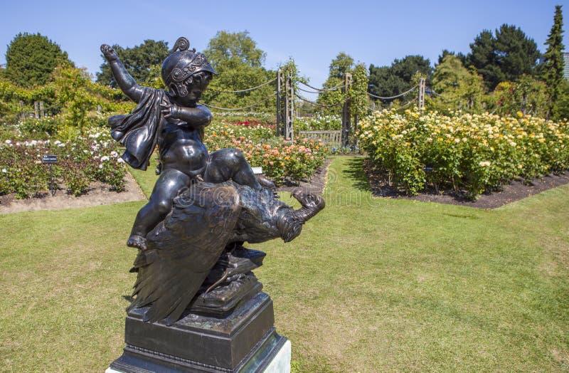 Den borttappade pilbågestatyn i Queen Mary trädgårdar i regenter parkerar royaltyfria foton