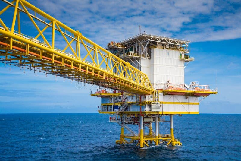 Den bosatta fjärdedelen och bron förbinder till den centrala bearbeta plattformen av fossila bränslenbransch arkivfoto