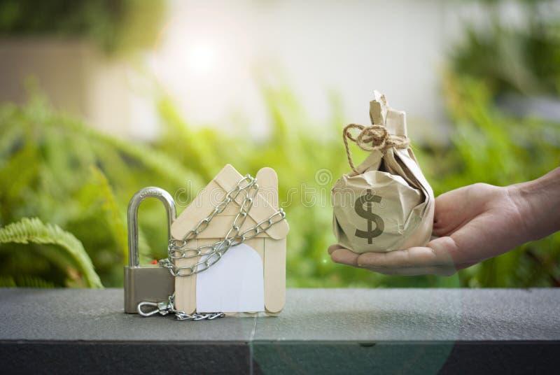 Den bostadslåndesigner och handväskan erbjuder sig att ska spara pengar för att köpa en hem- eller affärsinvesteringslån med fast royaltyfria foton