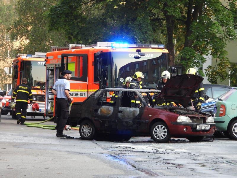 Den brända bilen släcktes arkivfoton