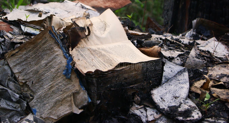 Den brända boken royaltyfri fotografi