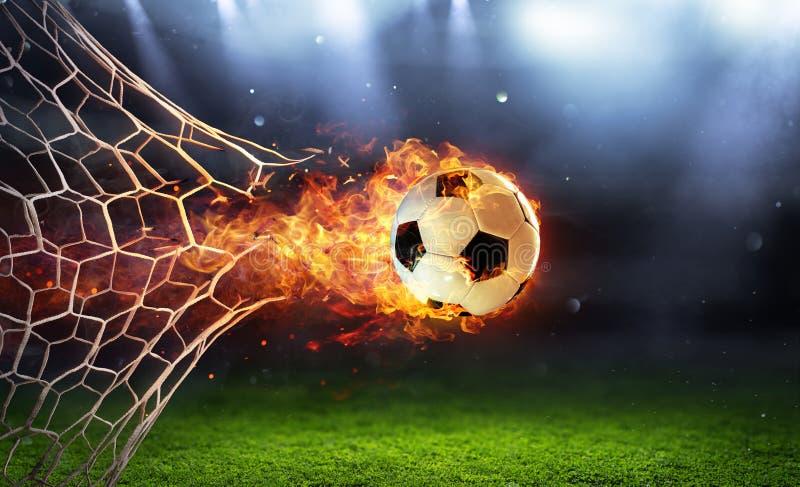 Den brännheta fotbollbollen i mål med förtjänar royaltyfria foton