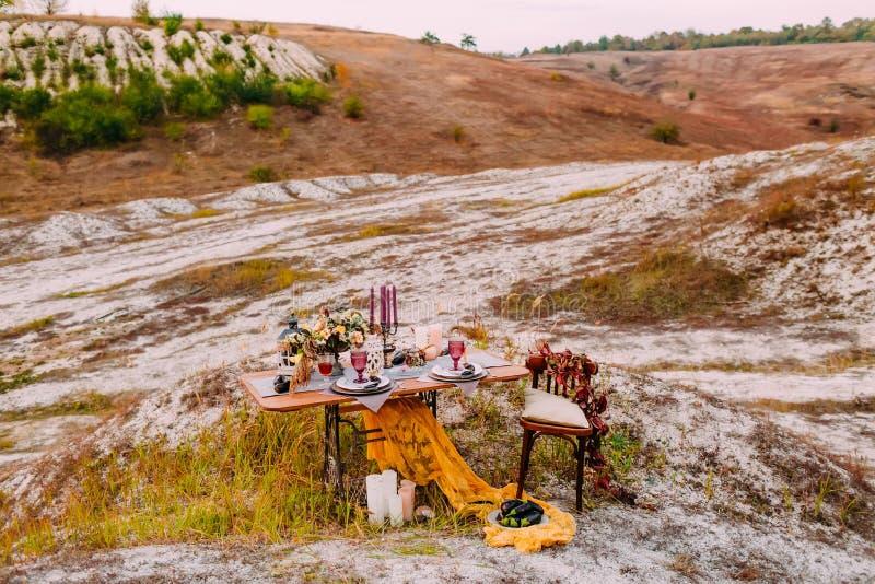 Den bröllop dekorerade tabellen för två står på den öppna luften i område för bröllopceremoni royaltyfri foto