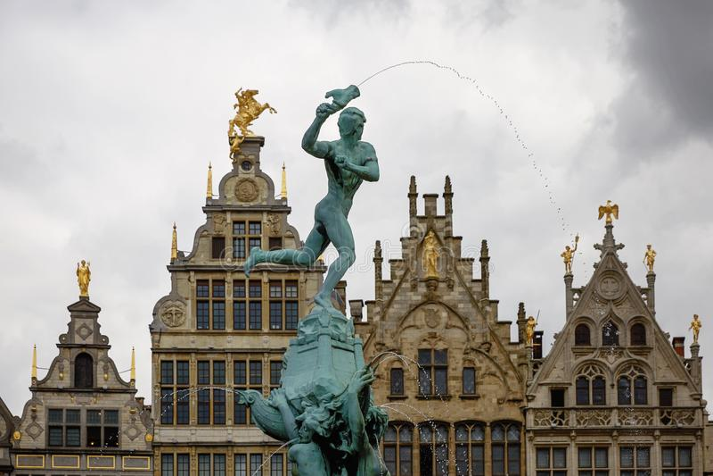 Den Brabo springbrunnen och traditionell flemish arkitektur på Grote fördärvar arkivbilder