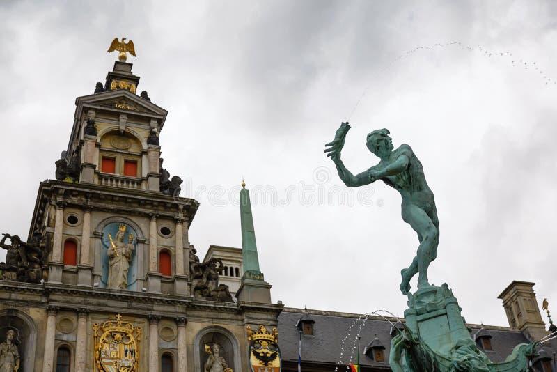 Den Brabo springbrunnen och traditionell flemish arkitektur på Grote fördärvar arkivfoton
