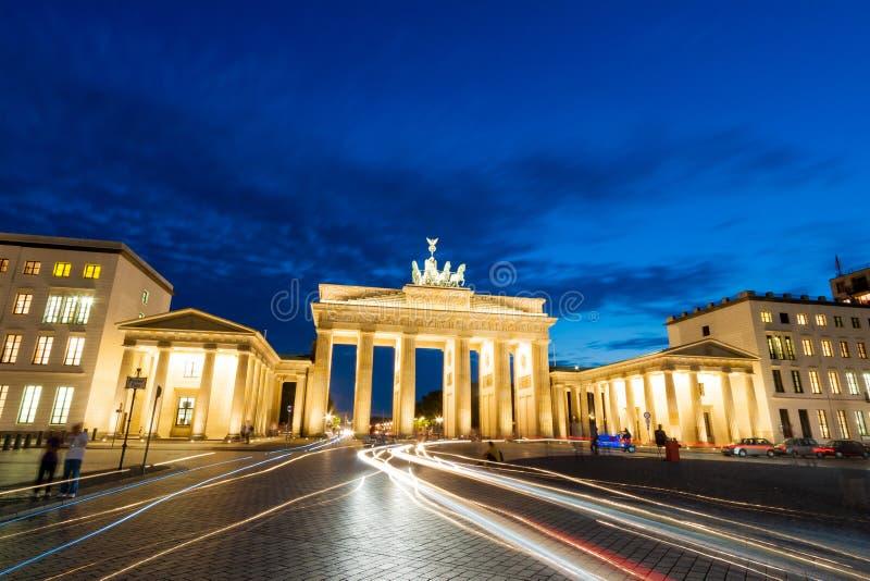 Den Brandenburg porten i Berlin, Tyskland, på solnedgången i sommar arkivfoton