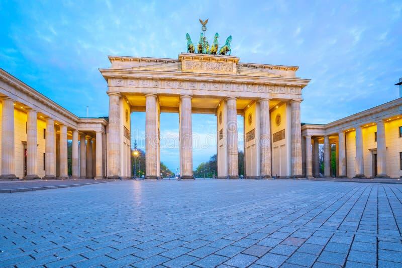 Den Brandenburg porten på skymning det berömda stället i Berlin, Tyskland arkivfoton