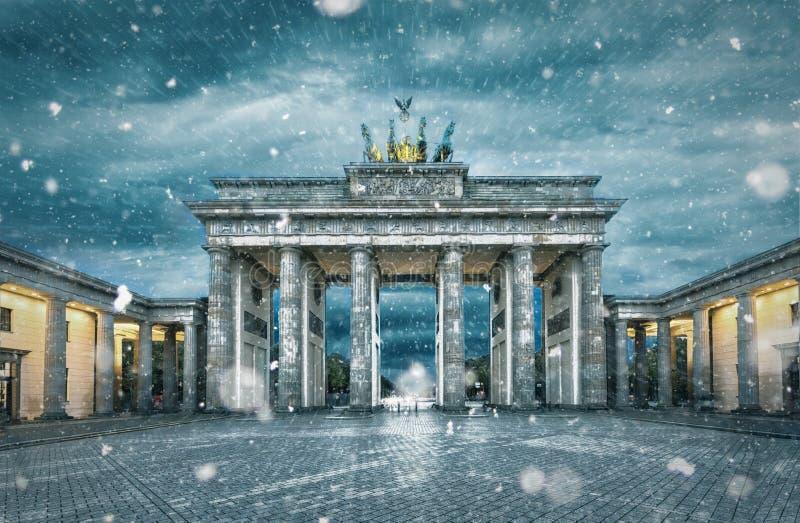 Den Brandenburger toren under en snöstorm arkivbilder