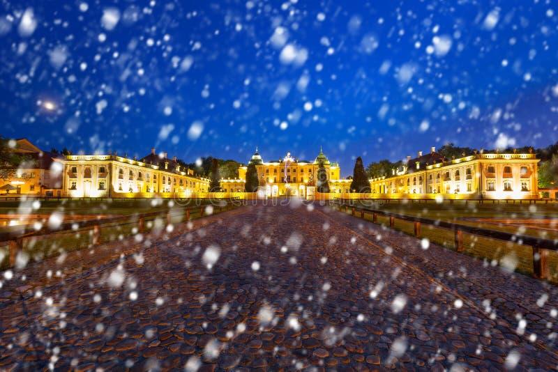 Den Branicki slotten på natten med fallande snö, Bialystok arkivbilder