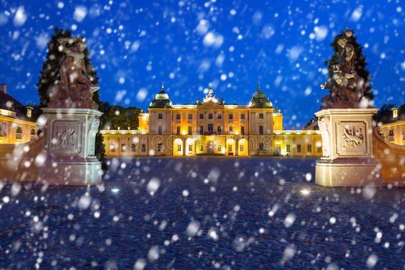 Den Branicki slotten på natten med fallande snö, Bialystok royaltyfri fotografi