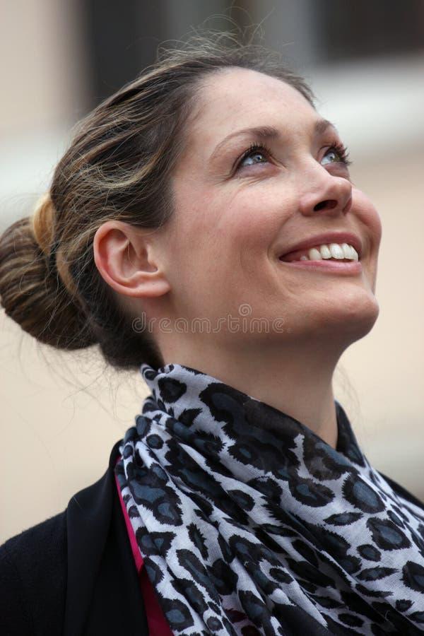 Den breda extatiska kvinnan grinar royaltyfria bilder