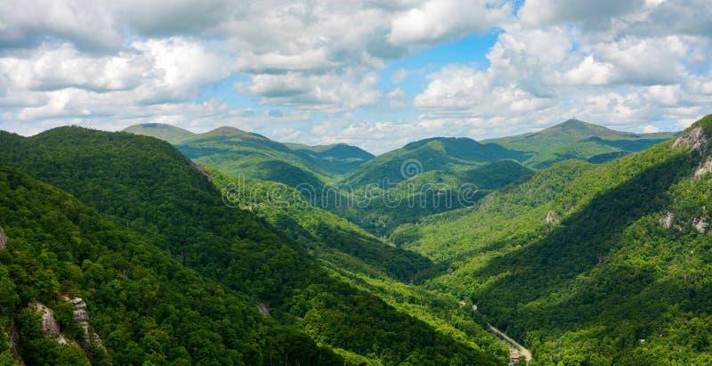 Den breda sikten av den blåa Ridge Mountains som ses från lampglaset, vaggar berget i North Carolina royaltyfri fotografi