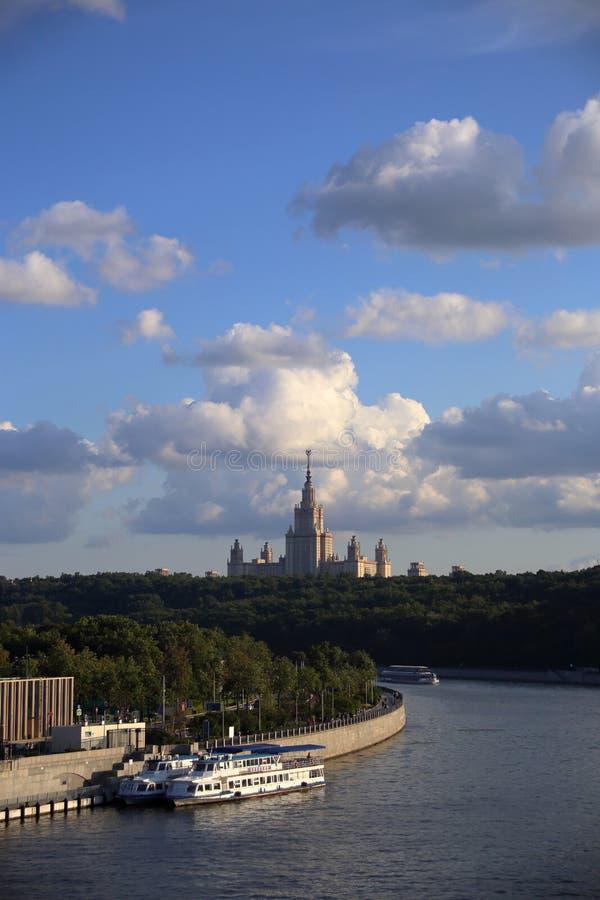 Den breda sikten av Moskva-flod banker med universitetskyskrapan arkivfoto