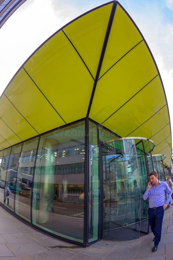 Den breda vinkeln sköt av futuristisk kontorsbyggnad i centrala London royaltyfria bilder