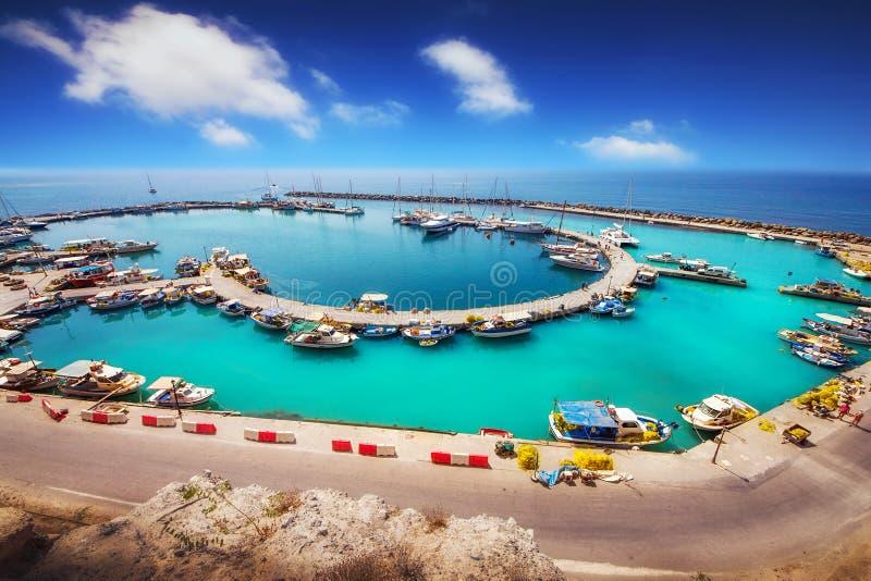Den breda vinkeln sköt av Vlychada port på den Santorini ön royaltyfri fotografi