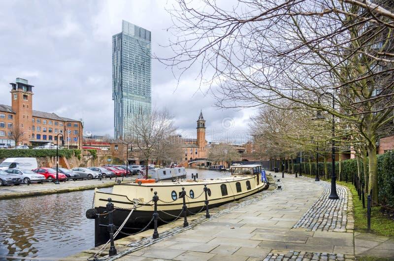 Den Bridgewater kanalen på Manchester med en barkass fotografering för bildbyråer