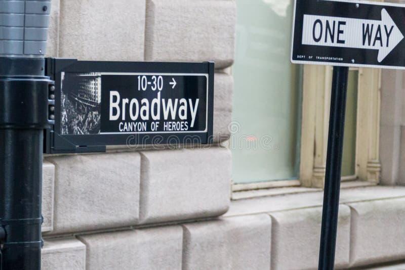 Den Broadway gatan undertecknar in New York City USA royaltyfri fotografi