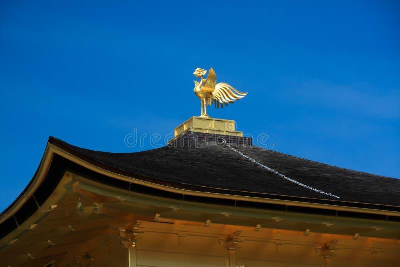 Den bronsphoenix prydnaden på det svarta taket av Kinkaku-ji royaltyfria foton