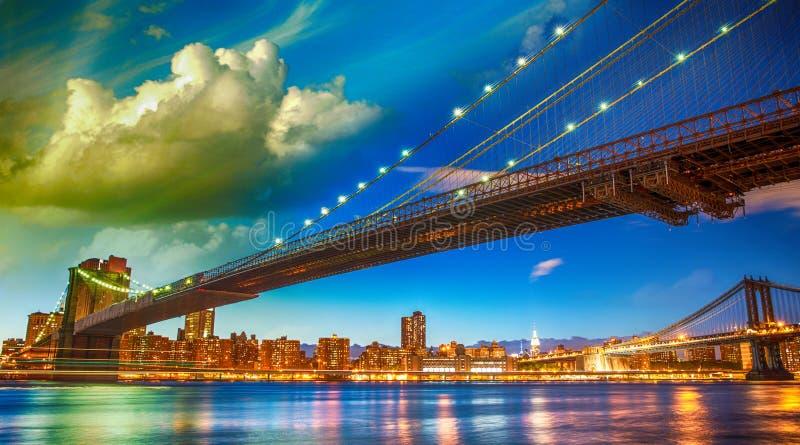 Den Brooklyn bron parkerar, New York. Manhattan horisont på sommar