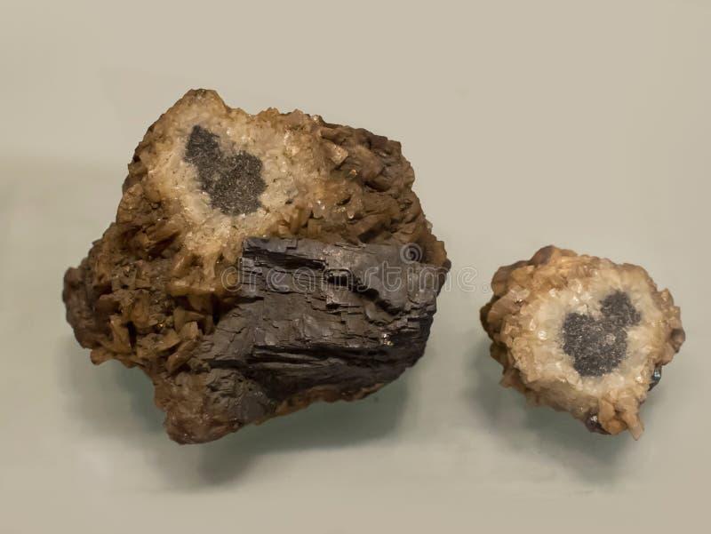 Den bruna masten är en frikänd till gulaktigt till blå mineral, som är mycket mjuk och inte väl - passat för framställning av gem arkivbilder