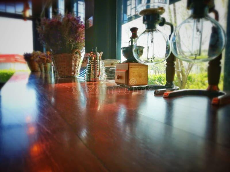 Den bruna wood tabellen med den gammalmodiga kaffeuppsättningen har utrymme som skriver ditt meddelande royaltyfria bilder