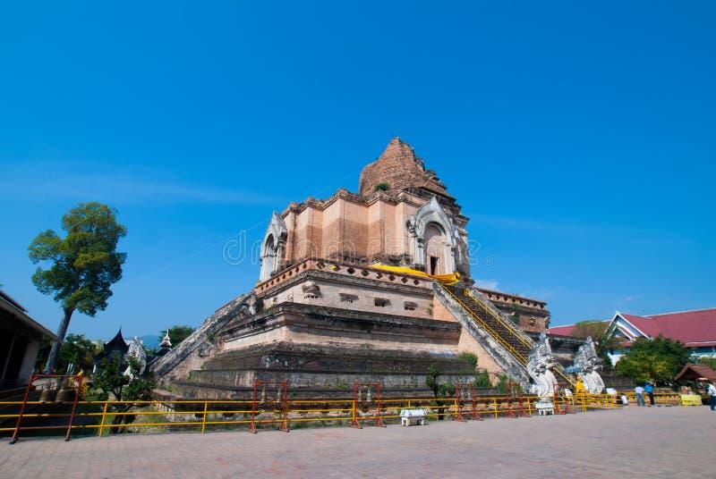 Den brutna gamla pagoden med blå himmel i Chiang Mai arkivbilder