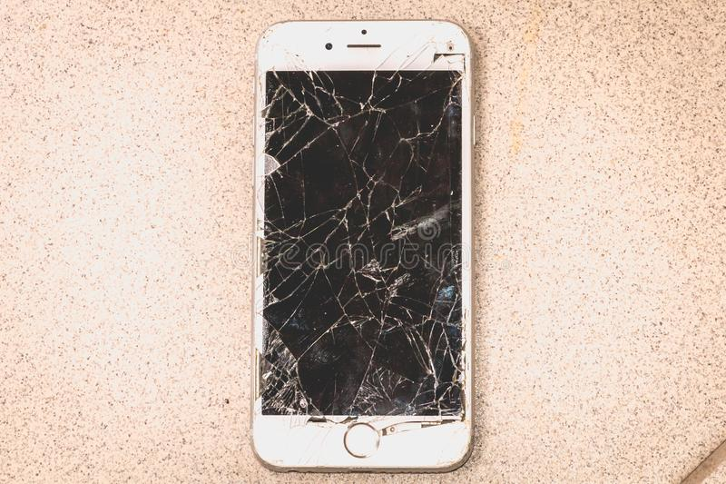 Den brutna iPhonen 6S framkallade vid företaget Apple Inc royaltyfri foto