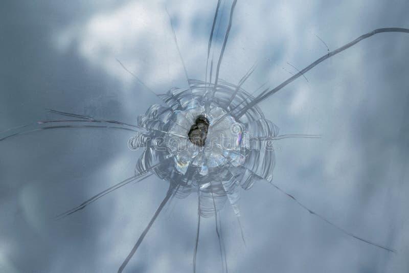 Den brutna vindrutan av bilen från flygstenen arkivfoto