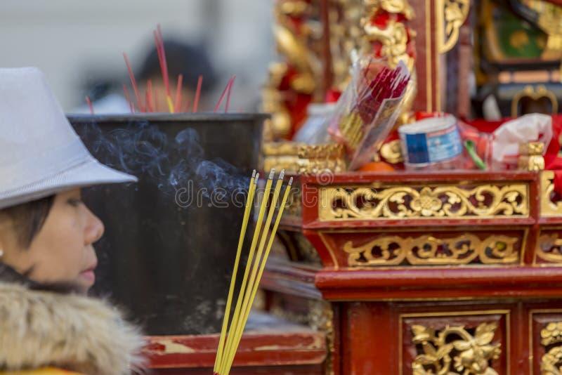 Den buddistiska bönen klibbar Burining - det kinesiska nya året ståtar, Paris arkivbild