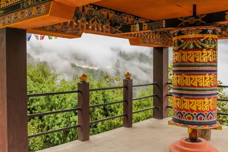 Den buddistiska bönen rullar in en tempel i Bumthang, Bhutan arkivbilder
