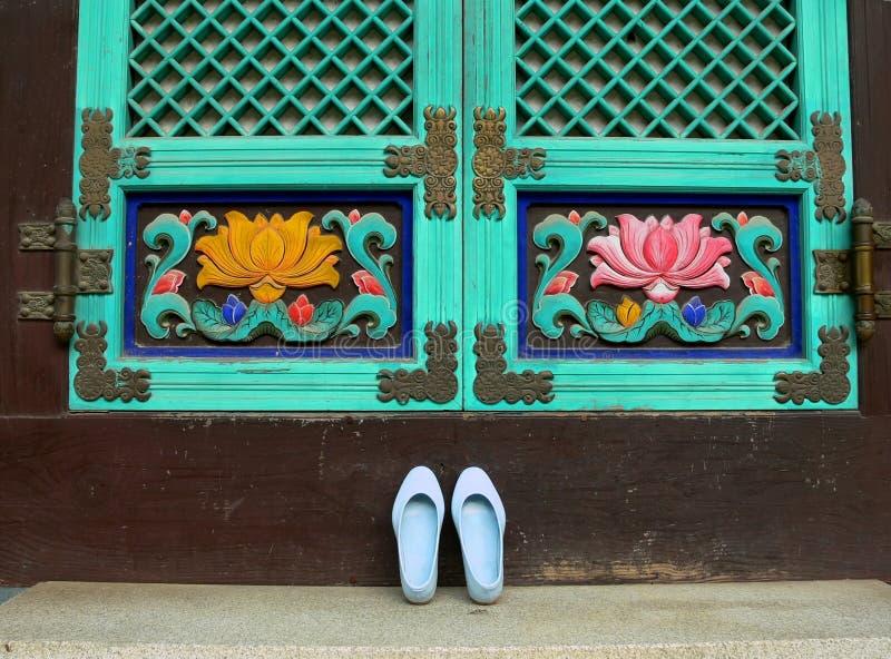 den buddistiska framdelen shoes tempelet arkivbilder