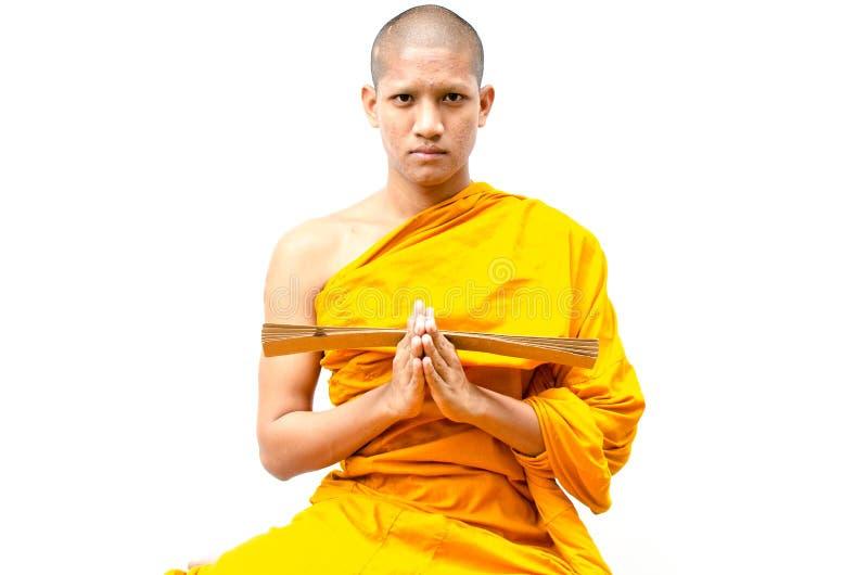 Den buddistiska munken, den buddistiska munken ger en predikan till folk. royaltyfria foton