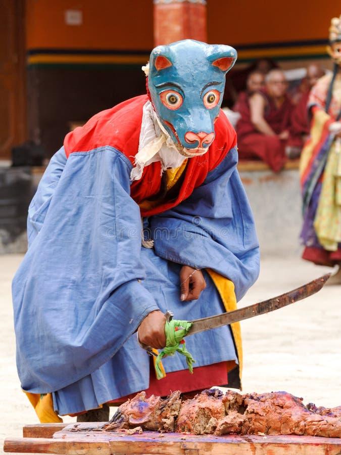 Den buddistiska munken i maskering utför offerritual på klosterbroderfe arkivfoto
