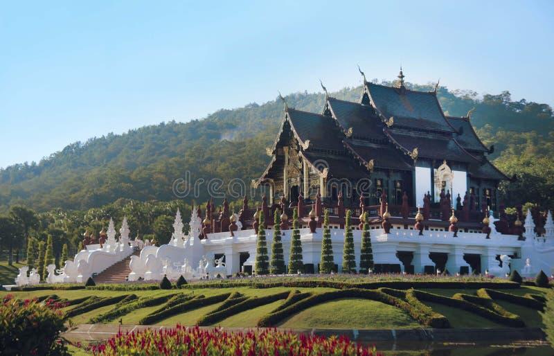 Den buddistiska templet i kungliga Flora Ratchaphruek parkerar arkivbilder