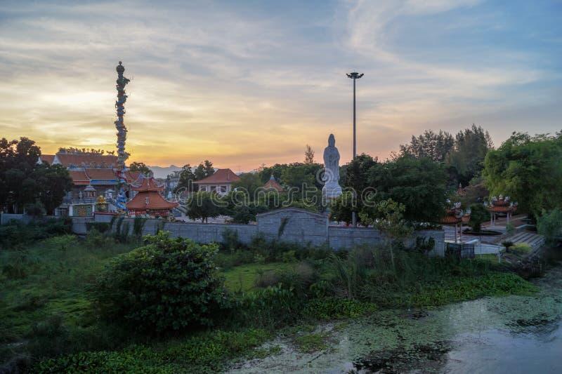 Den buddistiska templet p? en guld- solnedg?ng i parkerar i Ayutthaya, Thailand arkivbild