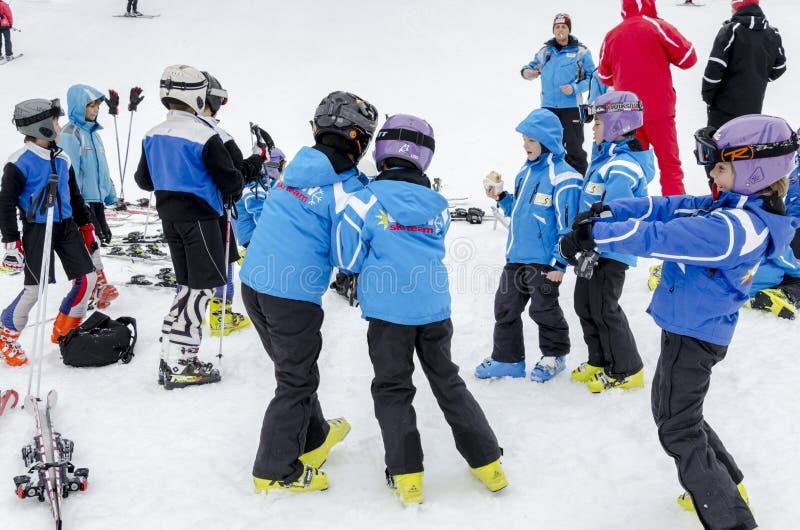 Den bulgariska barnformen skidar skolalaggrupper under det årliga vinterskollovet fotografering för bildbyråer