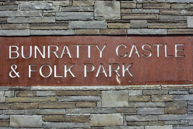 Den Bunratty slotten och parkerar tecknet royaltyfri foto