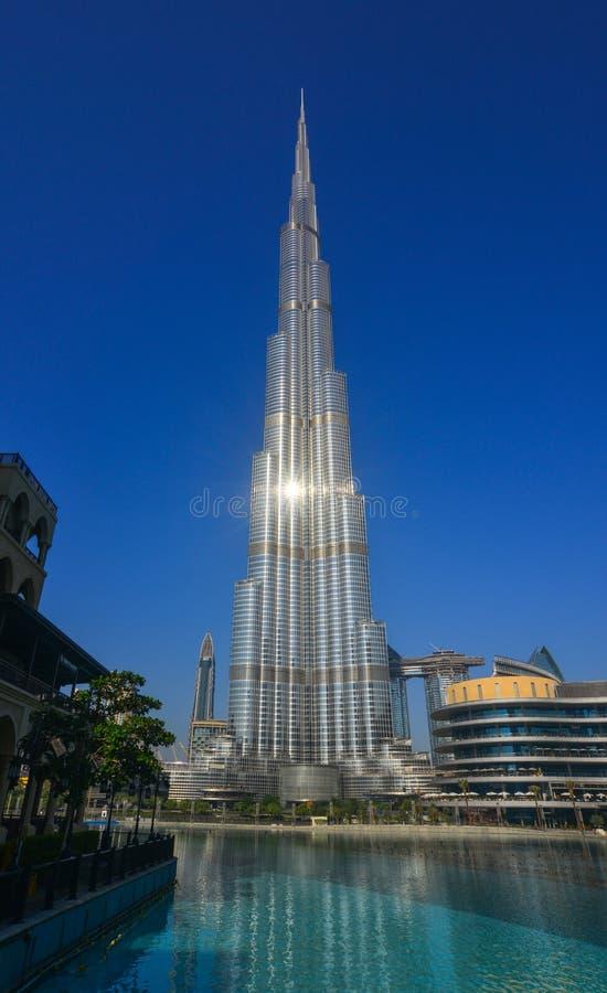 Den Burj Khalifa skyskrapan med Burjen parkerar arkivbilder