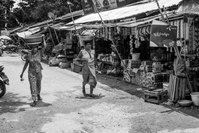 Den Burmese Nyaung-U marknaden, med stannar s?lja olika objekt, n?ra Bagan, Myanmar fotografering för bildbyråer