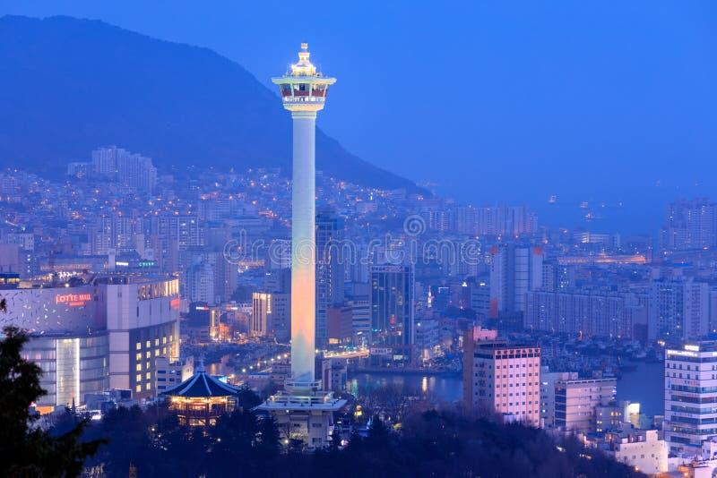 Den Busan stadstakfönstret och Busan står högt på natten arkivfoton